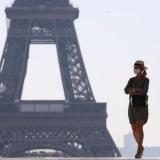 عرض أزياء للبدينات أمام برج إيفل للمطالبة بتعزيز التنوّع